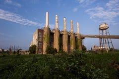 Pogodny ranek Zaniechanego Indiana wojska Amunicyjna zajezdnia - Indiana - Disused elektrownia - obraz stock