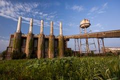 Pogodny ranek Zaniechanego Indiana wojska Amunicyjna zajezdnia - Indiana - Disused elektrownia - zdjęcie royalty free