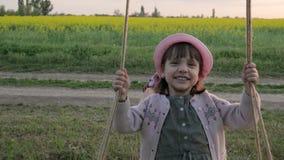 Pogodny rodzinny jazdy huśtawki obiektyw migocze, chłopiec chlanie z dziewczyną na wakacje, dziecko sztuka w natura weekendzie, u zdjęcie wideo