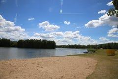 Pogodny słoneczny dzień na plaży Drozd rezerwuar, niebieskie niebo, Minsk obraz stock
