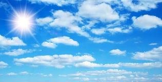 Pogodny tło z chmurami obrazy stock