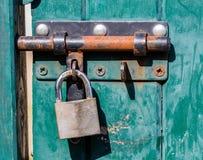 Pogodny zielony błękitny drewniany drzwi z rdzewiejącym kędziorkiem dla kolorów Obrazy Royalty Free