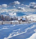 Pogodny zima krajobraz w górskiej wiosce Fotografia Stock