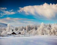 Pogodny zima krajobraz w górskiej wiosce Zdjęcia Stock