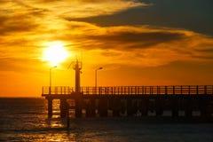 Pogodny zmierzch przez mola przy morzem Fotografia Royalty Free