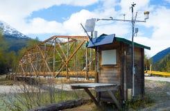 Pogodowa stacja obok rzecznego mosta w wiośnie zdjęcia stock