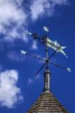 Pogodowy vane na śpiczastym dachu przeciw niebieskiemu niebu Zdjęcia Royalty Free