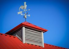 Pogodowy vane na czerwień dachu Zdjęcie Royalty Free