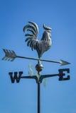 Pogodowy vane pokazuje kierunek wiatr przeciw jasnemu niebieskiemu niebu, pionowo obraz stock