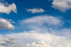 Pogodowy warunek z chmury pierzastej i cumulusu chmurami Obrazy Royalty Free
