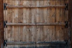 Pogody będący ubranym drewniani drzwi na drewnianym panelu budynku Obraz Royalty Free