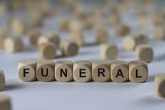 Pogrzeb - sześcian z listami, znak z drewnianymi sześcianami fotografia royalty free