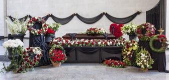 Pogrzeb, trumna, dekorował z wiankami, w pożegnalnej sali, panorama fotografia royalty free