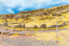 Pogrzebowy góruje i ruiny w Sillustani, Peru, Południowy inka prehistoryczne ruiny blisko Puno Ameryka obrazy stock