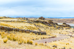 Pogrzebowy góruje w Sillustani, Peru, Południowy inka prehistoryczne ruiny blisko Puno Ameryka, Titicaca l fotografia royalty free