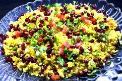 Poha, ένα δημοφιλές ινδικό πιάτο που εξυπηρετείται σε έναν δίσκο στοκ εικόνα