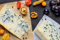 Δανικό τυρί μπλε φορμών με τα φρούτα poha Στοκ εικόνα με δικαίωμα ελεύθερης χρήσης