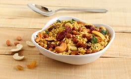 Poha chivda印度快餐用作为主要成份的被铺平的米 免版税图库摄影