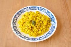 Poha, een ontbijtpunt van gepufte rijst wordt gemaakt die royalty-vrije stock afbeelding
