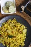 Poha - uno spuntino della prima colazione fatto di riso battuto immagine stock