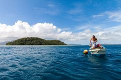 Pohnpei Mikronesien - December 27,2011: lokal Micronesian man i en bo arkivfoton
