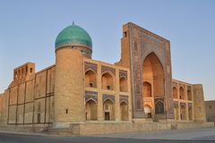 Poi卡尔扬清真寺位于布哈拉的历史部分 免版税库存照片
