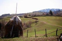 Poiana Marului干草堆风景,乡区,罗马尼亚 免版税库存图片