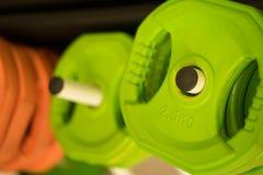 Poids colorés pour l'équipement de gymnase images libres de droits