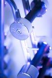 Poids de Dumbell dans le gymnase de forme physique Photographie stock libre de droits