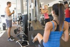 poids de formation de gens de gymnastique de groupe photographie stock