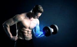 Poids de levage d'athlète convenable avec le concept bleu de lumière de muscle images libres de droits