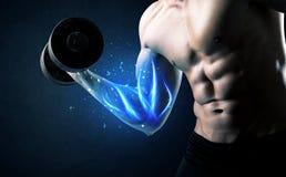 Poids de levage d'athlète convenable avec le concept bleu de lumière de muscle photographie stock