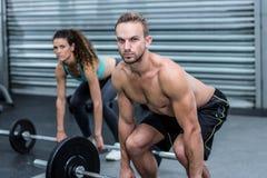 Poids de levage de couples musculaires ensemble Photo stock