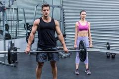 Poids de levage de couples musculaires ensemble Images stock