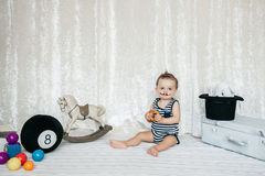 Poids de levage de jouet de petit garçon images libres de droits