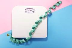 Poids et ruban métrique et concept de régime et de lifestyl sain Photos stock