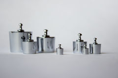 Poids métalliques sur le fond blanc Photo stock