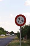 Poids maximum 7 tonnes pour des véhicules croisant le signe Image libre de droits