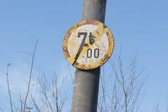 Poids maximum 7 tonnes pour des véhicules croisant le signe détérioré Photos stock