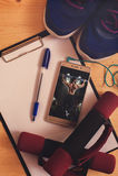 Poids, presse-papiers, espadrilles et smartphone Photographie stock