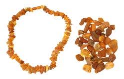 Poignée d'ambre cru et de collier faits en elle Images stock