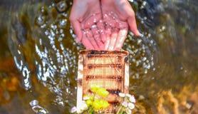 Poignée d'eaux froides ; les eaux de détente photographie stock