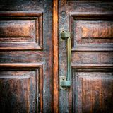Poignée d'une fin en bois de porte de vintage  Photo stock