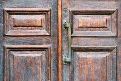 Poignée d'une fin en bois de porte de vintage  Photos libres de droits
