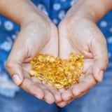 Poignée de capsules de gel d'Omega 3 Fermez-vous vers le haut des capsules d'oi de poissons Photographie stock