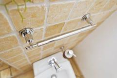 Poignée de Chrome dans la salle de bains moderne photo stock