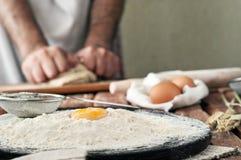 Poignée de farine avec le jaune d'oeuf Images stock