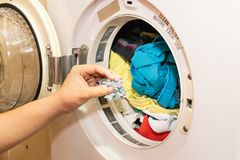 Poignée de fibre emprisonnée dans le filtre d'une machine plus sèche de blanchisserie images libres de droits