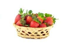 Poignée de fraises dans un panier en osier Photographie stock