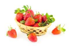 Poignée de fraises dans un panier en osier Photo stock